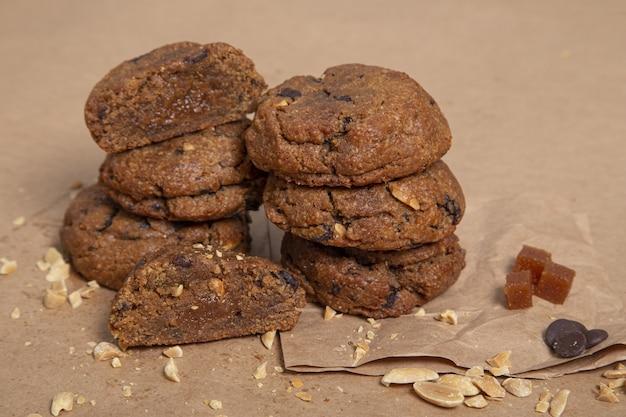 Colpo del primo piano dei biscotti al cioccolato uno accanto all'altro