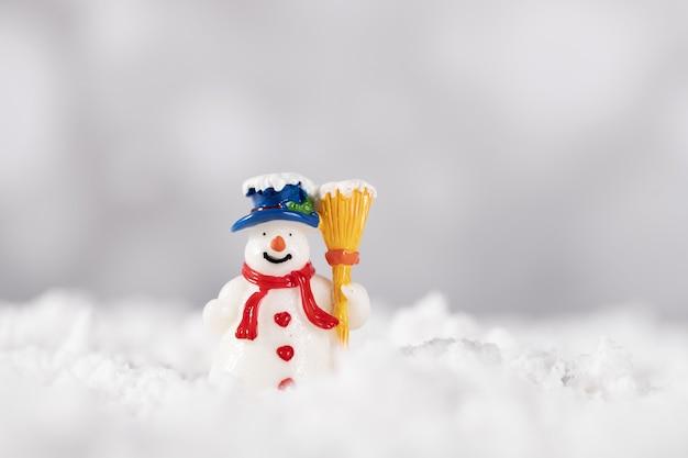 Primo piano di una decorazione natalizia su sfondo bianco