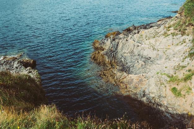 Colpo del primo piano della costa con scogliere