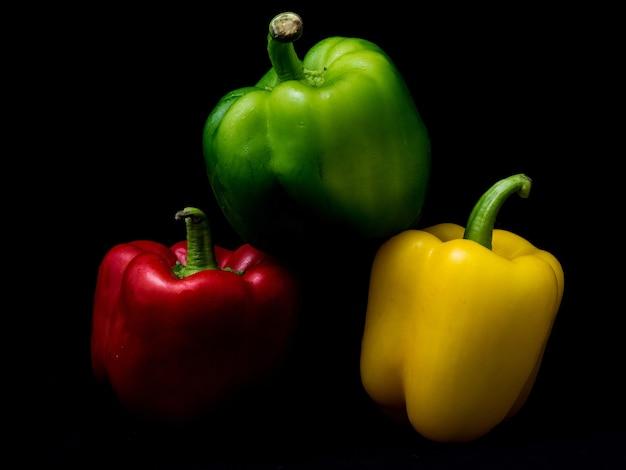 Colpo del primo piano di peperoni colorati isolati