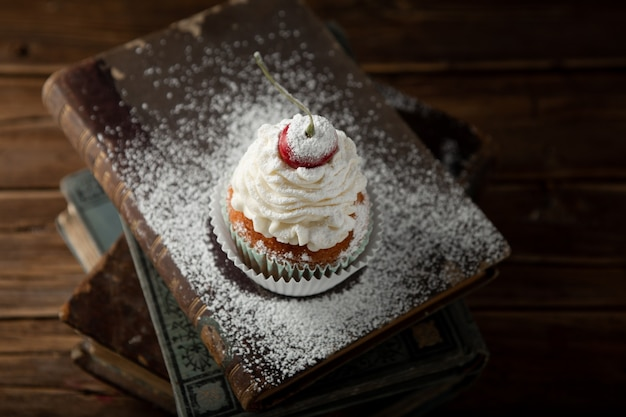 Colpo del primo piano di un delizioso cupcake con crema,