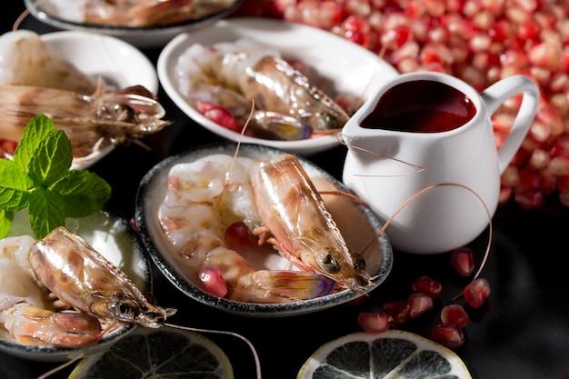 Colpo del primo piano di deliziosi frutti di mare con gamberetti decorati con melograni