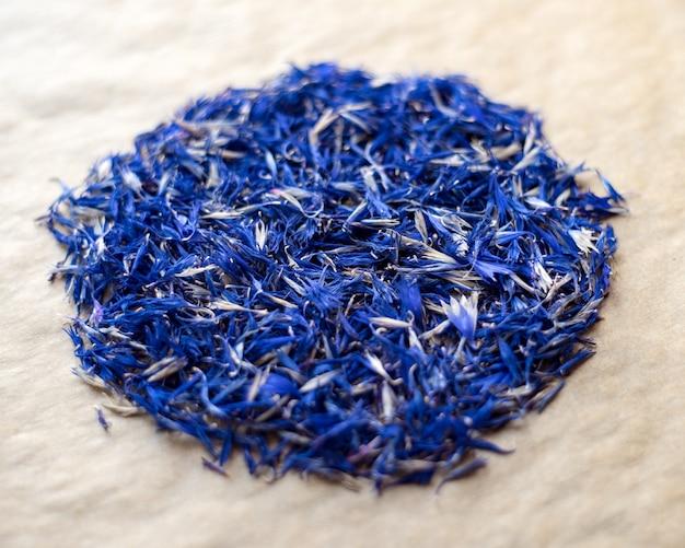 Colpo del primo piano delle foglie di fiordaliso blu essiccate