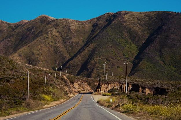 Un colpo di primo piano di una strada vuota verso le montagne