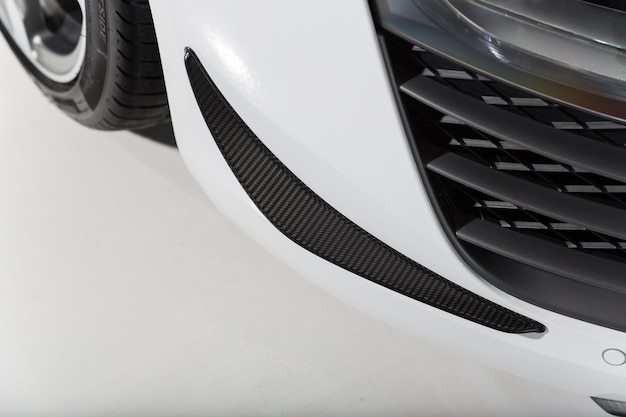 Colpo del primo piano dei dettagli esterni di una moderna automobile bianca