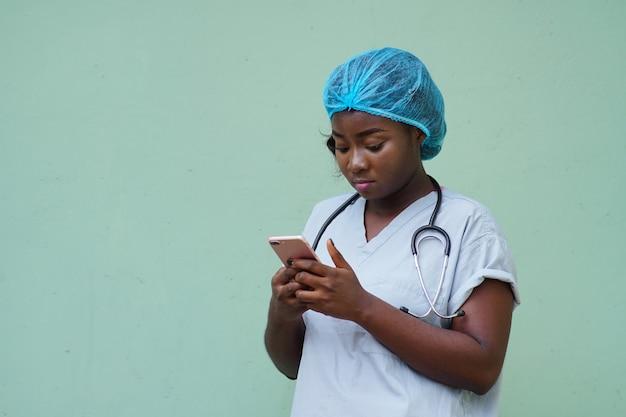 Primo piano di una dottoressa che usa lo smartphone