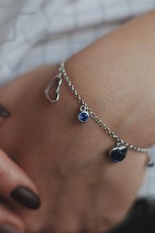Colpo del primo piano di una donna che indossa un braccialetto d'argento alla moda