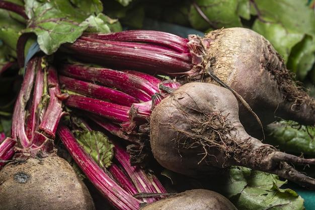 Colpo del primo piano delle barbabietole organiche fresche?