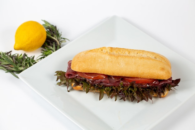 Colpo del primo piano di un panino fresco con pancetta