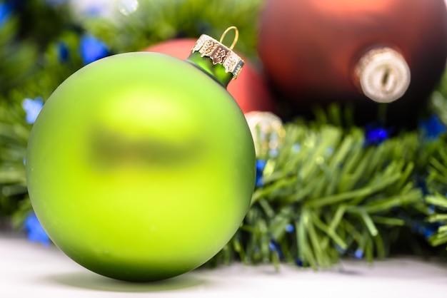 Colpo del primo piano di una decorazione verde dell'albero di natale