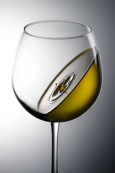Colpo del primo piano di un liquido verde in un bicchiere di vino perfetto per il concetto di gravità