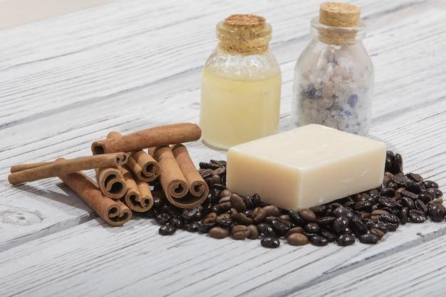 Colpo del primo piano del sapone al caffè profumato fatto a mano con cannella su fondo di legno