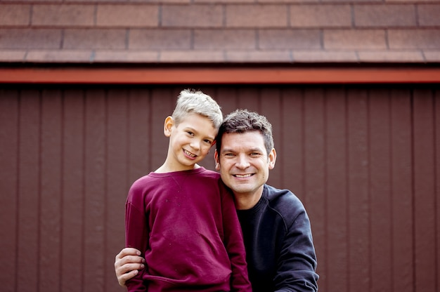 Colpo del primo piano di padre e figlio felici