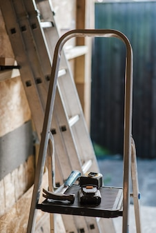 Colpo del primo piano di un hummer e strumenti sulle scale durante la costruzione della casa