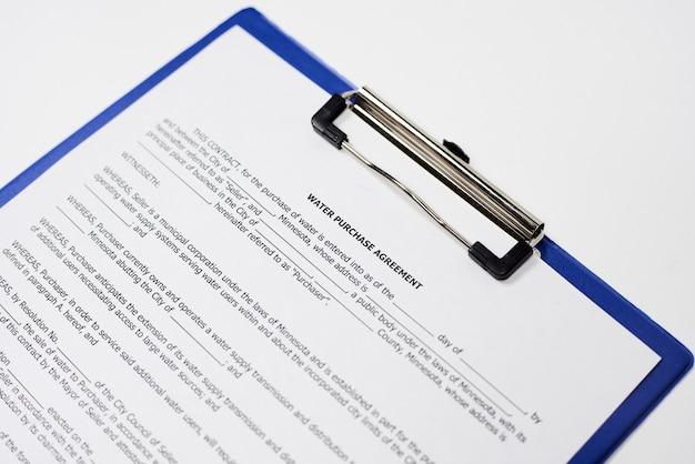 Primo piano di un documento legalmente vincolante su una superficie bianca