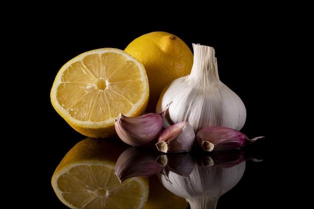 Colpo del primo piano di limoni e aglio