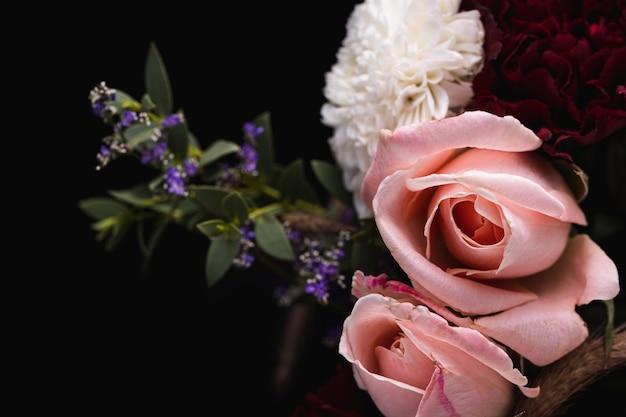 Colpo del primo piano di un lussuoso bouquet di rose rosa e dalie bianche e rosse