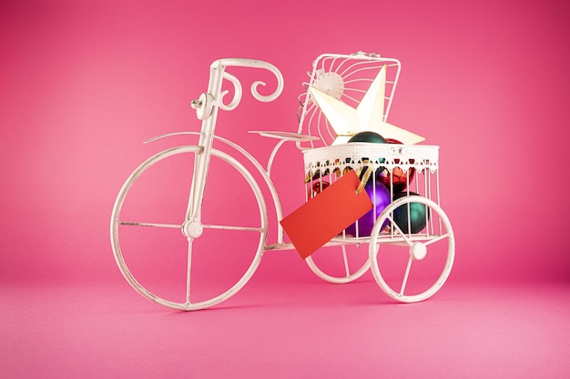 Colpo del primo piano di una bicicletta di metallo con i giocattoli di natale