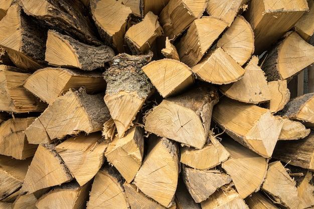 Primo piano di legna da ardere di quercia e faggio accatastati l'uno sull'altro