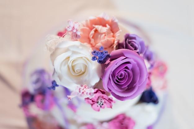 꽃 장식이 있는 아름다운 케이크의 클로즈업 샷