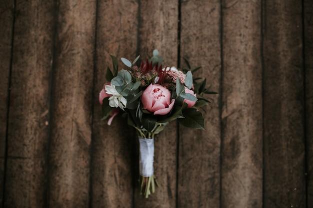 木製の表面に美しい花の花束のクローズアップショット