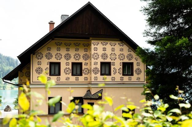 スロベニアのブレッド湖の前にある珍しいデザインの美しい家のクローズアップショット