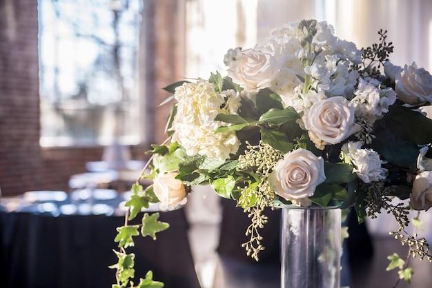 화려한 흰 장미와 아름다운 웨딩 부케의 근접 촬영 샷