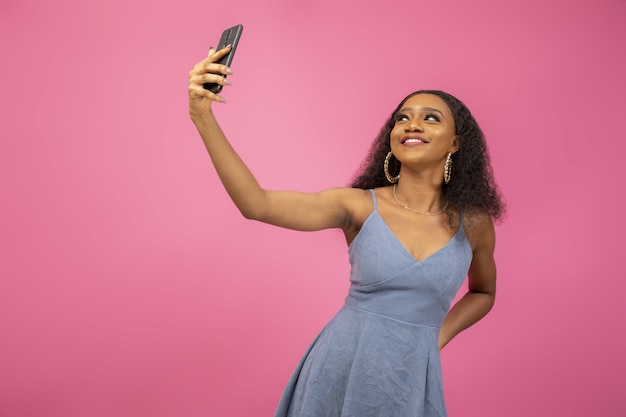 Снимок крупным планом красивой женщины, делающей селфи, чтобы поделиться в социальных сетях