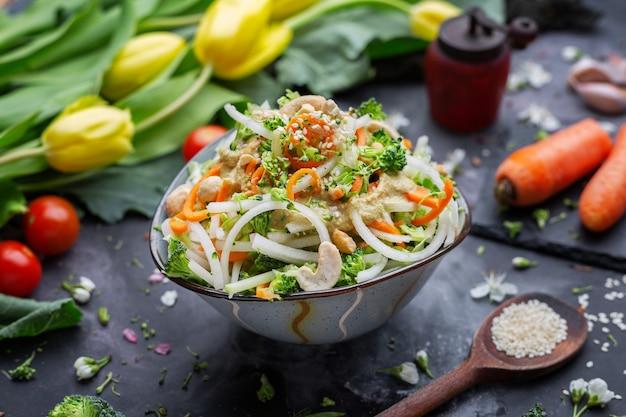 Снимок крупным планом тарелки вкусного веганского салата