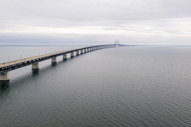 曇り空の下で海に架かる橋のクローズアップショット