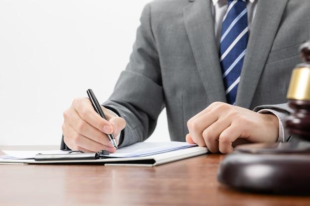 일부 공식 서류에 서명하는 사업가의 근접 촬영 샷