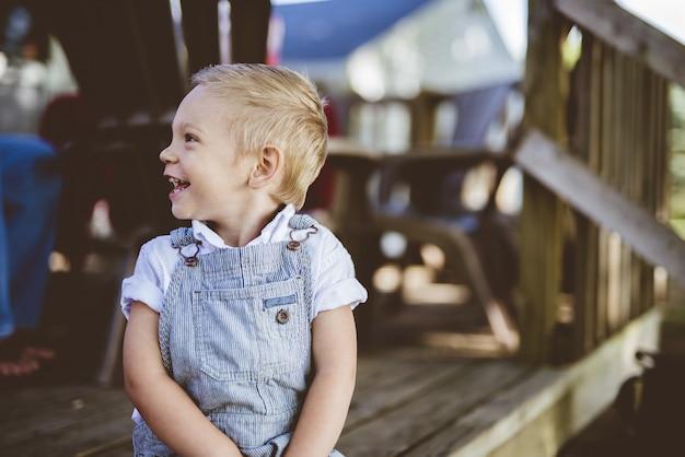 横を見ながら笑っている子供のクローズアップショット