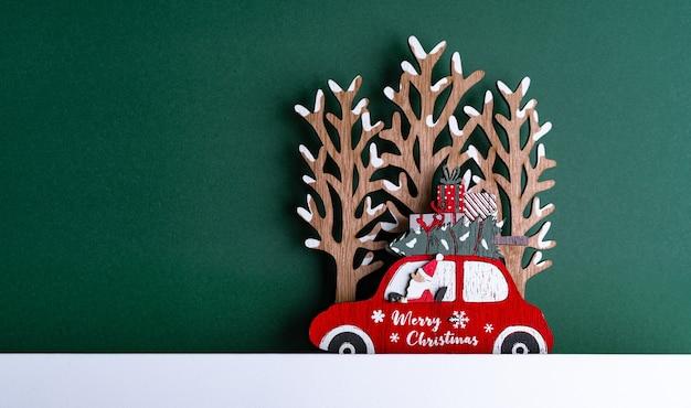 Снимок крупным планом рождественского картона с украшениями