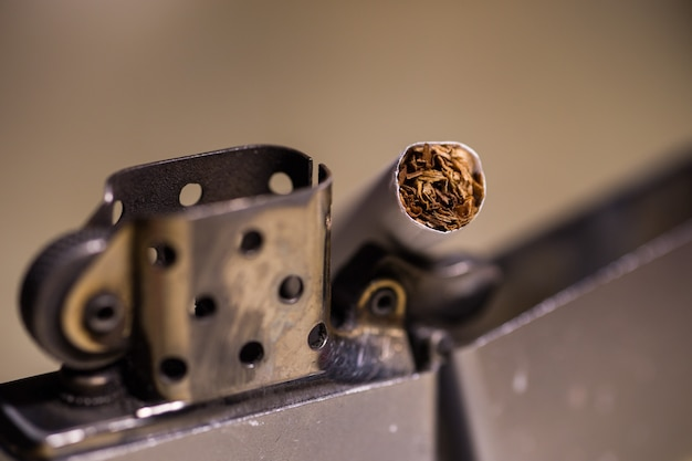 Zippoライターでタバコのクローズアップショット