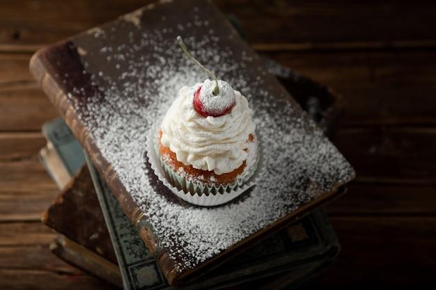 クリームとおいしいカップケーキのクローズアップショット、