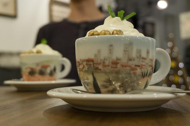 ホイップクリームとミントの葉と飲み物のクローズアップショット