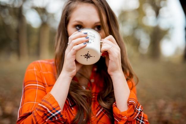 여성 마시는 커피의 근접 촬영 샷