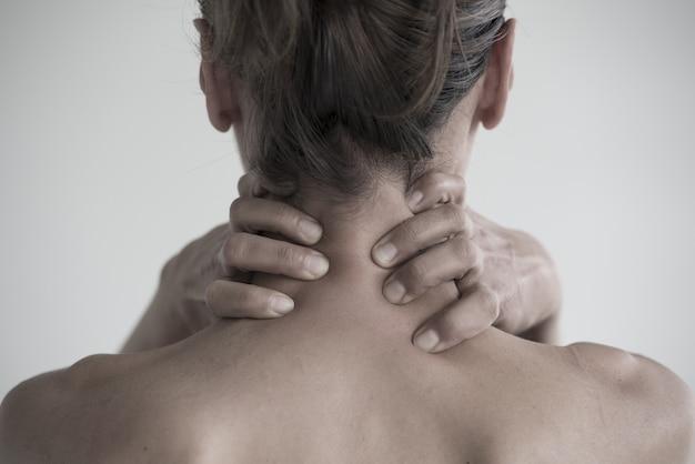 목에 통증이있는 여성의 근접 촬영 샷