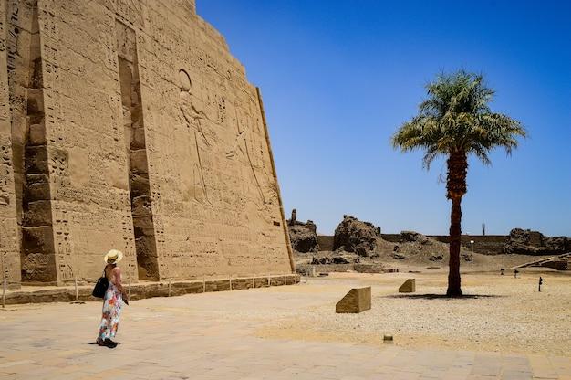 이집트 medinet habu 사원 앞에 서 있는 여성의 근접 촬영 샷
