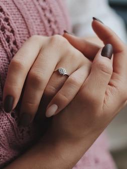 美しい銀の指輪を身に着けている女性のクローズアップショット