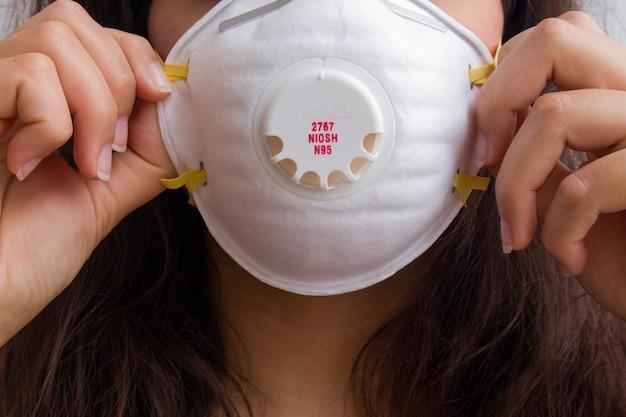 衛生マスクを身に着けている女性のクローズアップショット