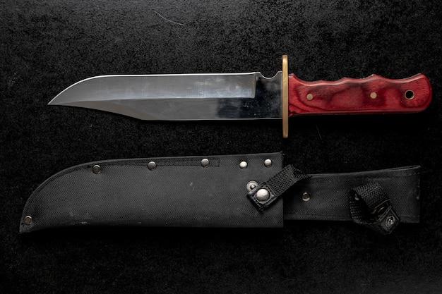 茶色のハンドルが付いている固定軍用ナイフのクローズアップショット