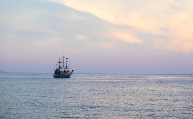 떠 있는 선박의 근접 촬영 샷