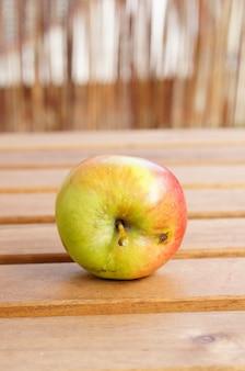 Крупным планом снимок свежего яблока на деревянной поверхности