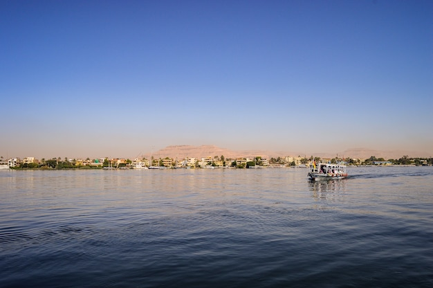Снимок крупным планом курорта ганет синай в дахабе, египет, в солнечный день