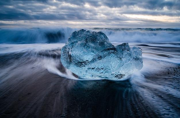 배경에 물결 모양의 바다와 아이슬란드의 빙하 라군의 근접 촬영 샷
