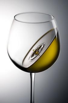 ワイングラスの緑色の液体のクローズアップショット-重力の概念に最適