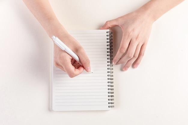 日記を埋める手のクローズアップショット
