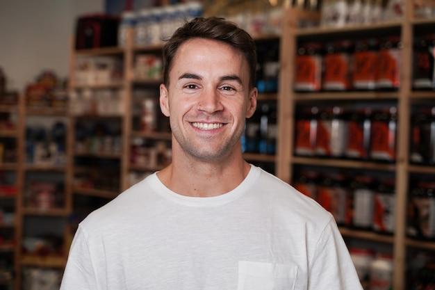 Снимок крупным планом красивый мужчина улыбается