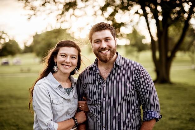 笑顔の幸せなカップルのクローズアップショット